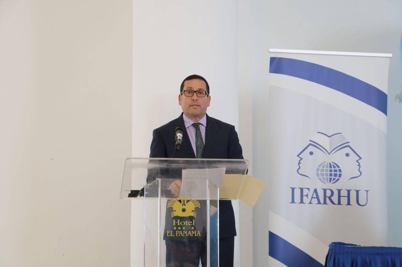 IFARHU y SENACYT entregan cartas a 112 nuevos becarios