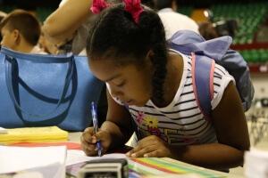 Estudiantes con buenas notas entregan documentos tras ser preseleccionados en Concurso General
