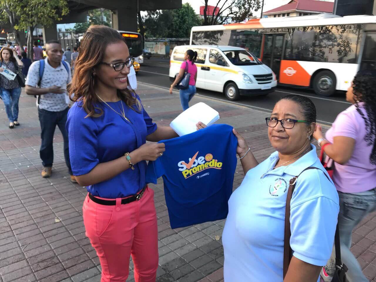 Yesenia Rodríguez directora del IFARHU participa de volanteo para promover Concurso General  2018