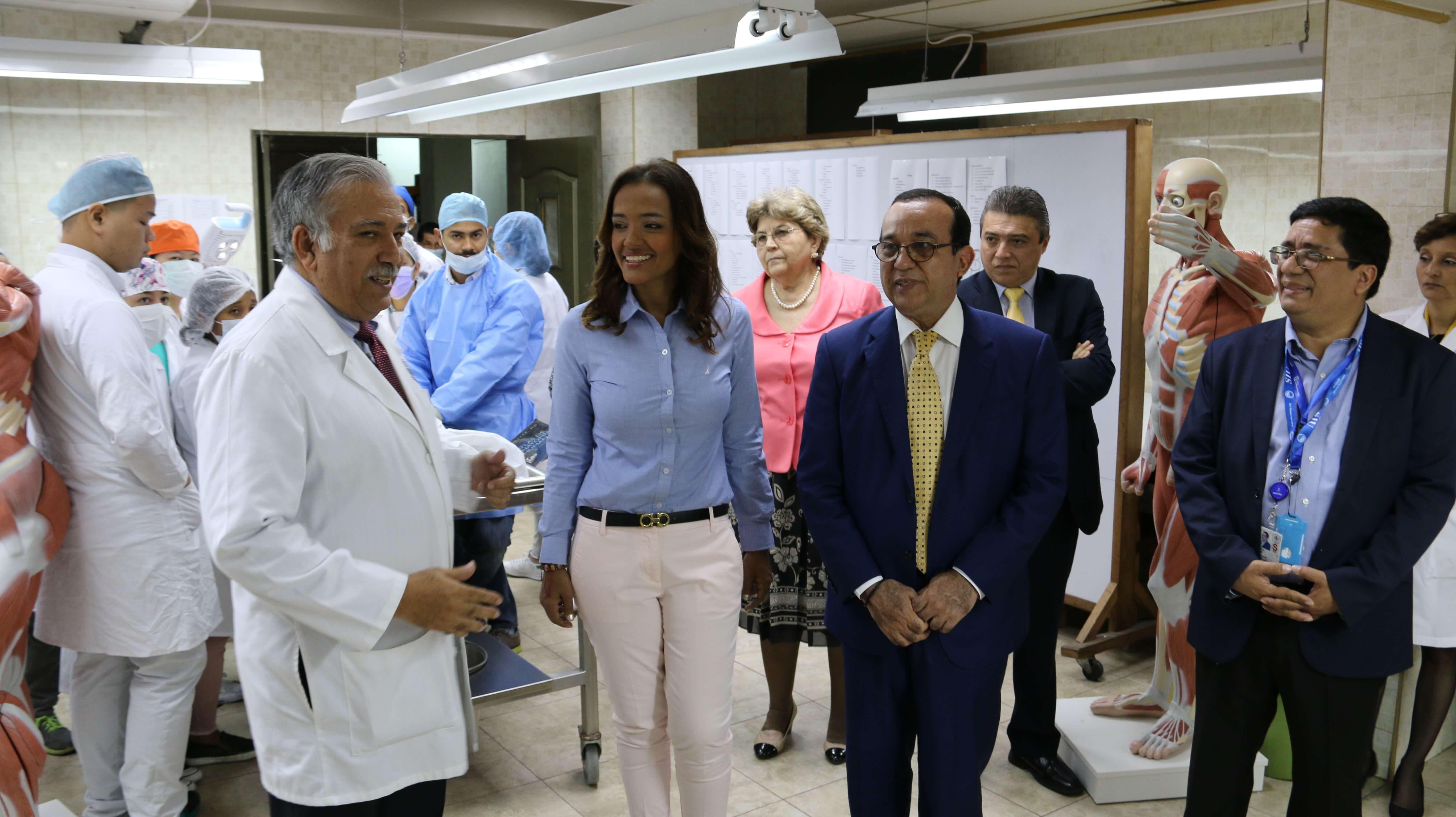 Yesenia Rodríguez directora del IFARHU realiza recorrido en la Facultad de Medicina