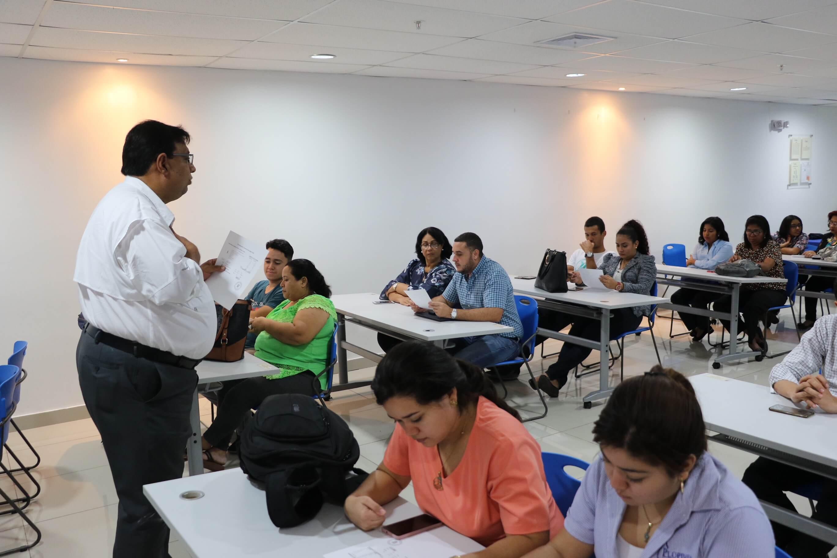 Becados de Concurso de Inglés son informados sobre sus deberes y beneficios