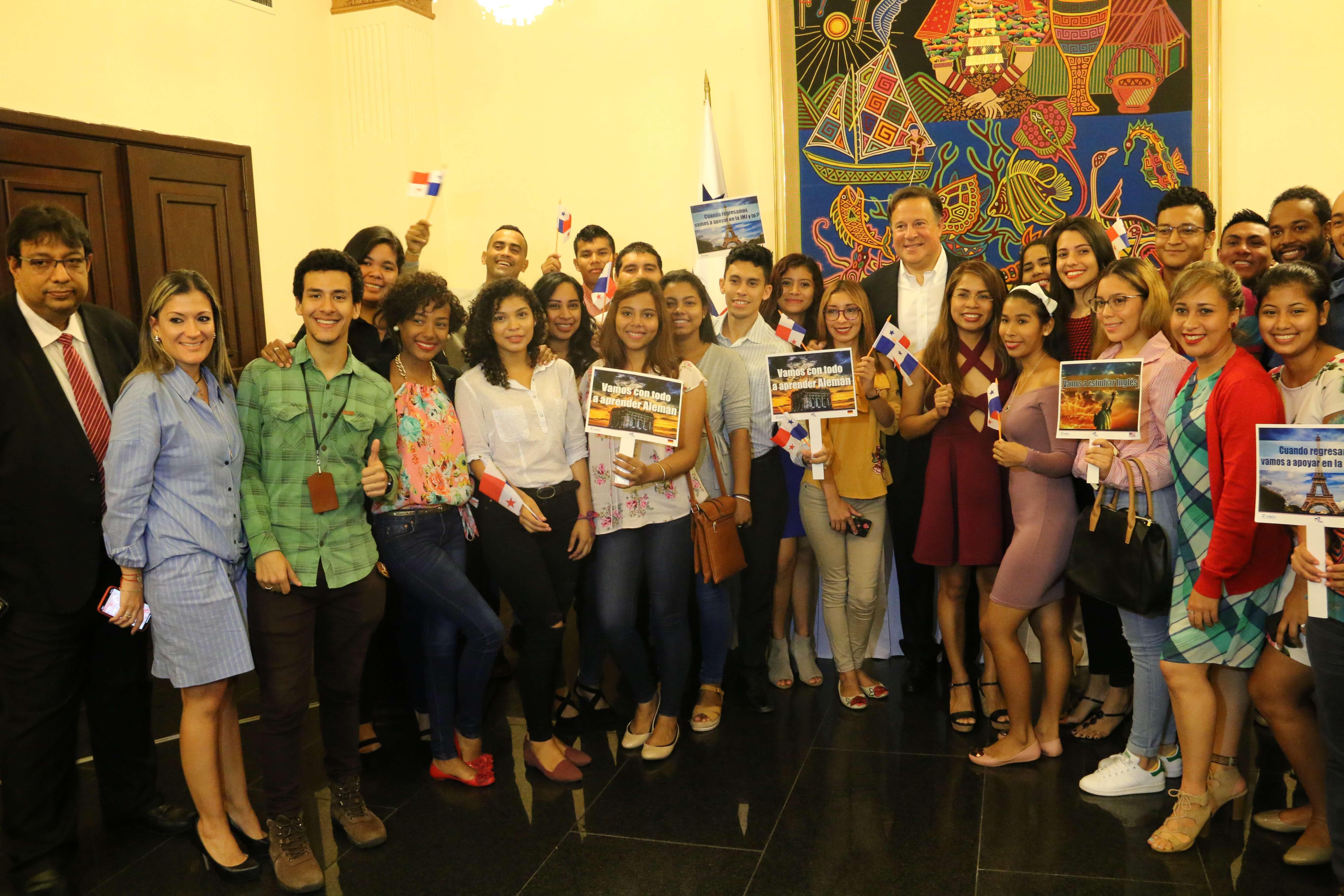 Becados del concurso de idiomas se reúnen con el presidente