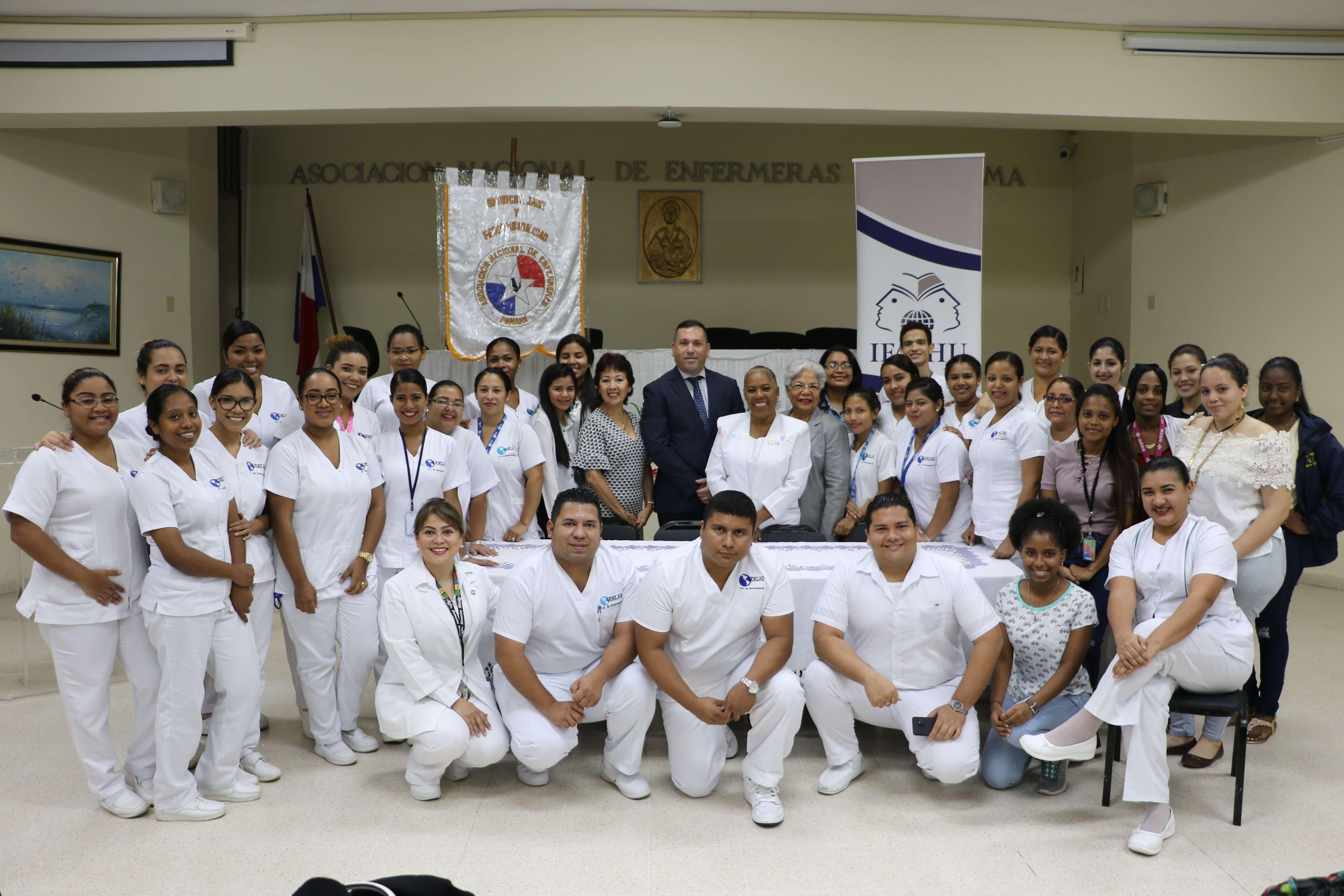 IFARHU entrega cheques de becas a enfermeras y estudiantes de enfermería