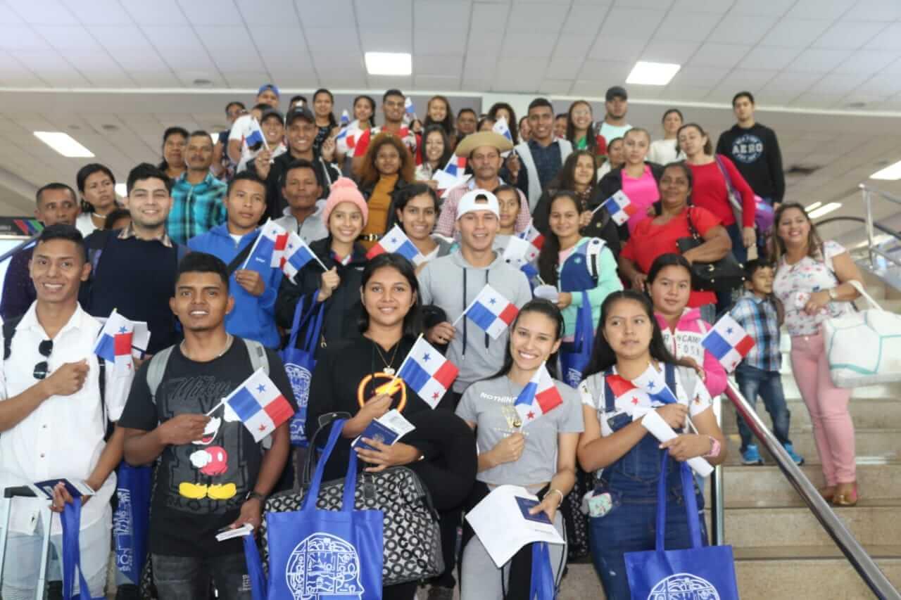 Becados de los centros estudiantiles viajan a Estados Unidos para iniciar estudios de licenciatura