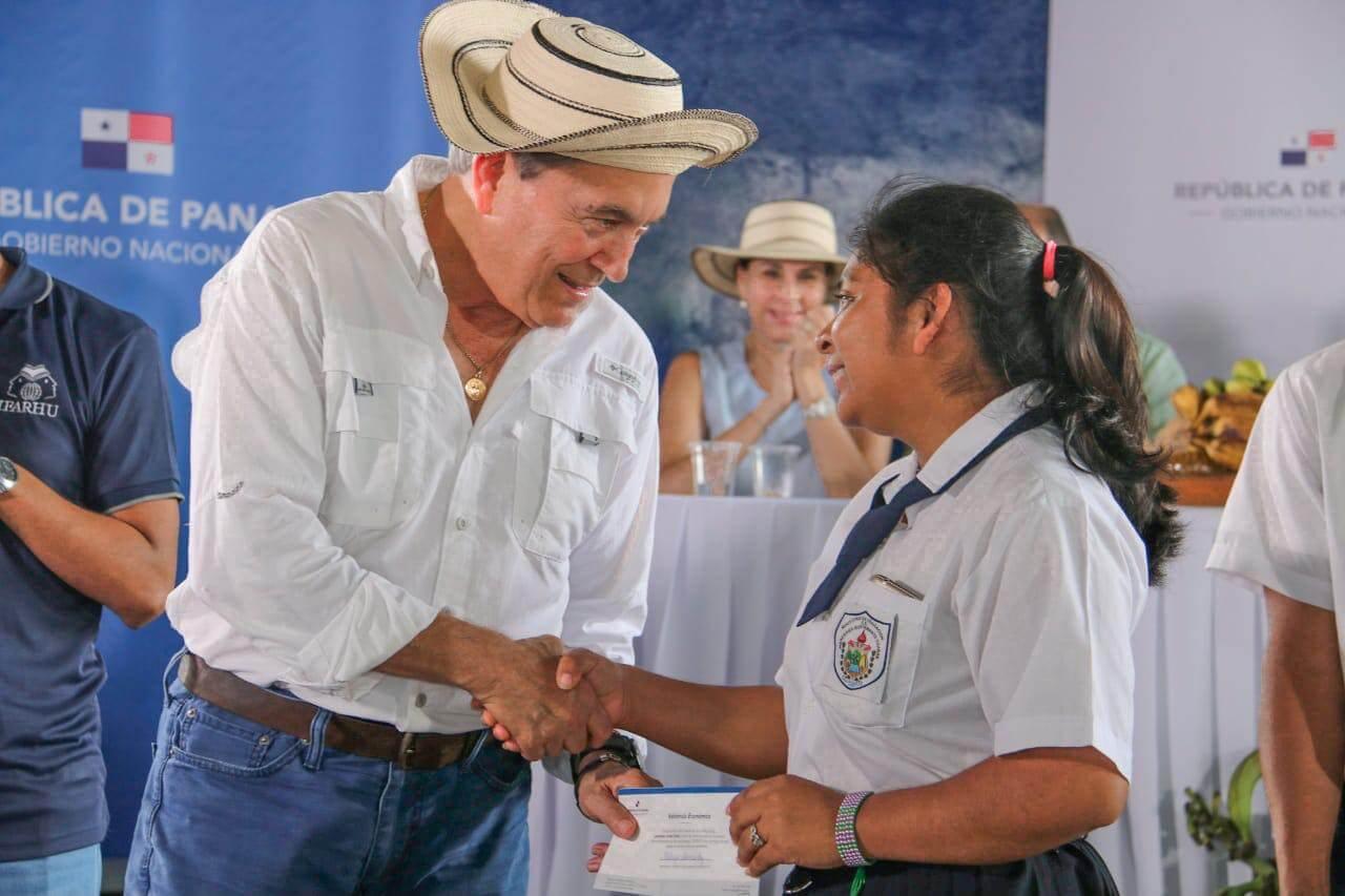 Presidente Laurentino Cortizo entrega becas