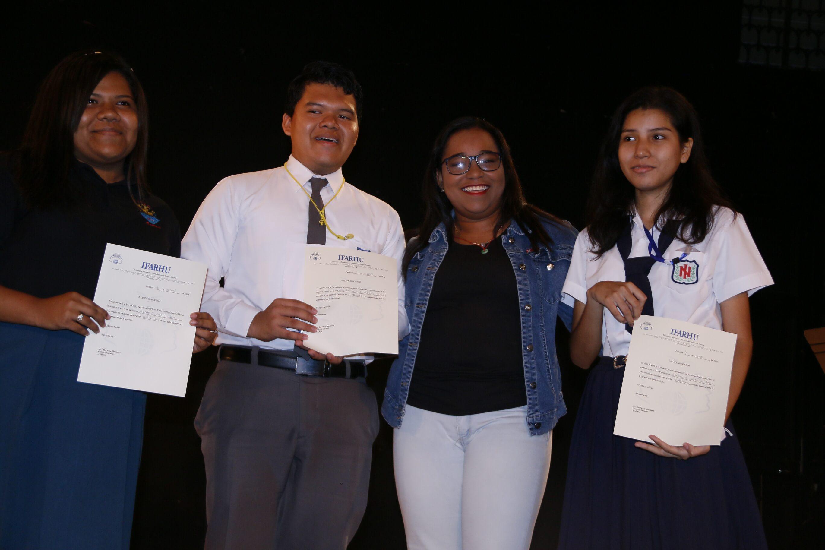 Jóvenes destacados en bellas artes reciben becas del IFARHU