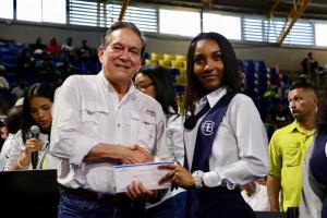 Presidente entrega 97 becas para estudios universitarios en Colón