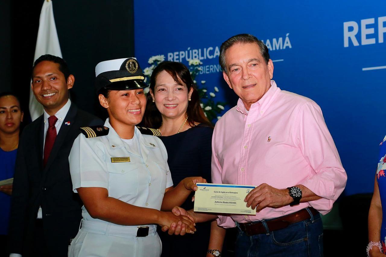 Gobierno Nacional entregó 250 becas para estudios de inglés en el extranjero