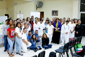 Estudiantes de enfermería reciben pago de becas