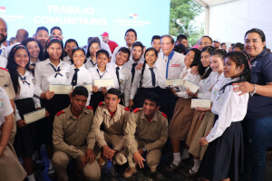 Presidente Cortizo beca a 24 estudiantes bocatoreños